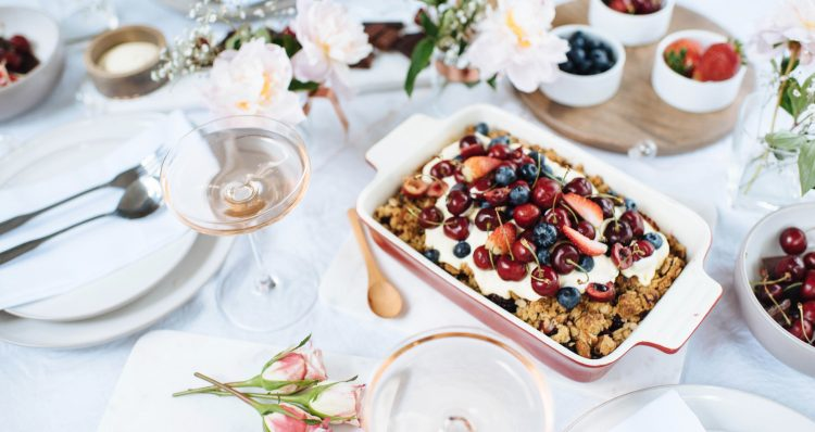 Tips voor een minimalistische vakantietafel en mijn Berry Crumble-recept