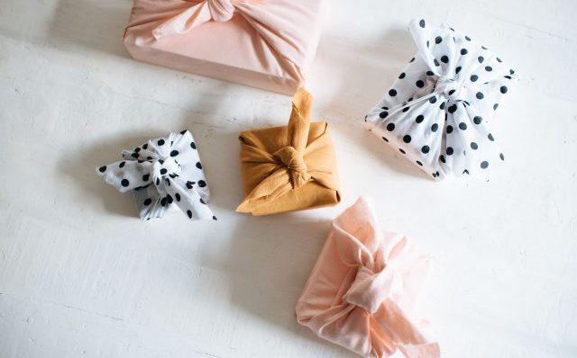 Vier creatieve cadeaupapierideeën om dit weekend te maken